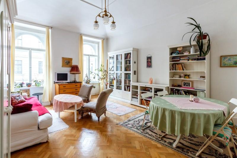 Smukt vitrineskab fra Nordal i rustikt og funktionelt design til billig pris