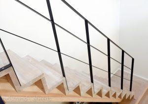 Rene linjer med trappegelænder i stål