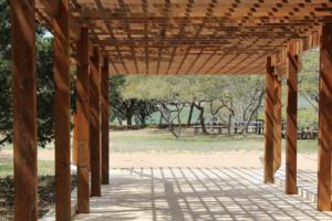 Skab et elegant og praktisk overdækket udeområde med en pergola